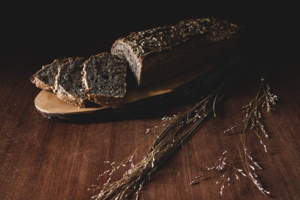 Selbstgebackenes Brot mit Nüssen