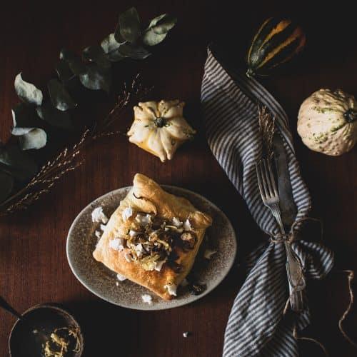 Blätterteigtasche gefüllt mit pflanzlichem Feta, Kürbis , Kartoffeln und Zwiebeln