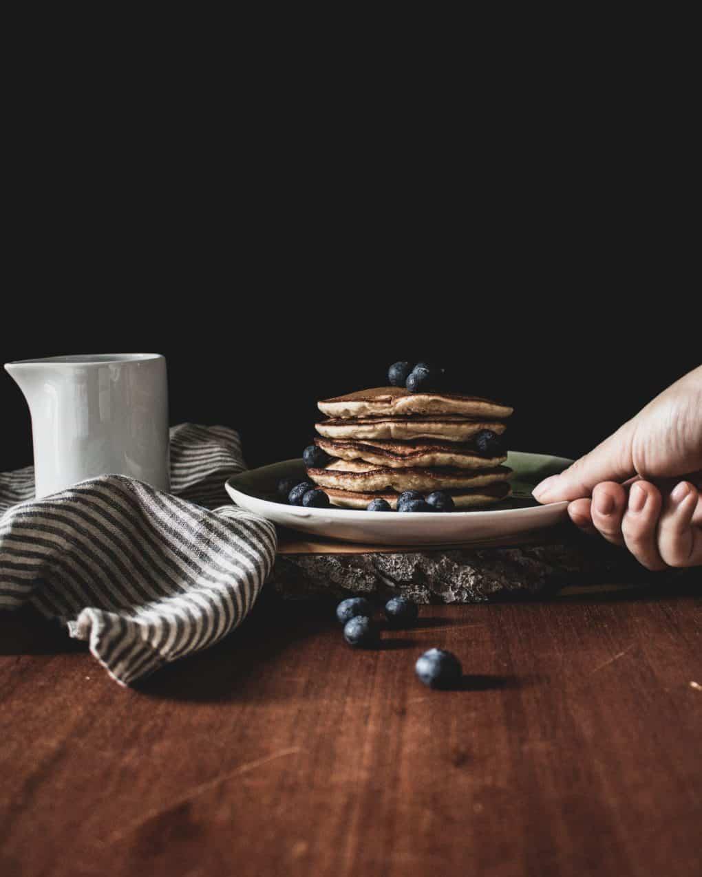 Blaubeere Banane Pancakes gestapelt mit Ahornsirup