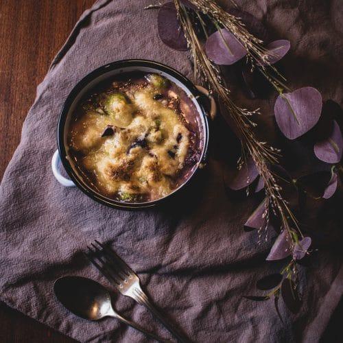Kohlauflauf mit pflanzlichem Mozzarella überbacken