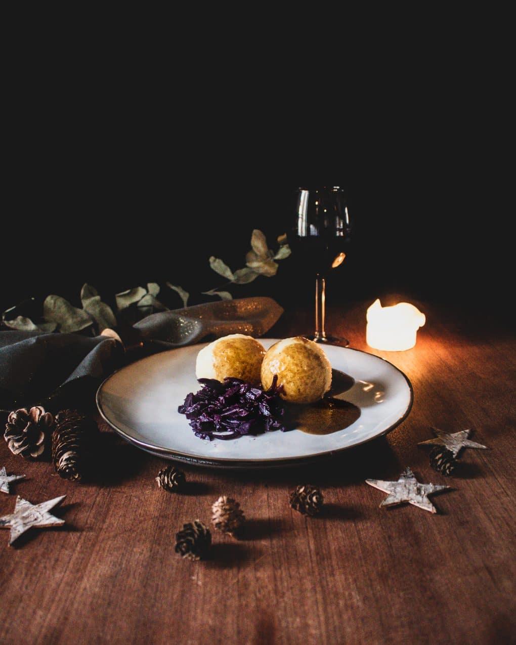 Kartoffelklöße mit Rotkohl und veganer Bratensauce
