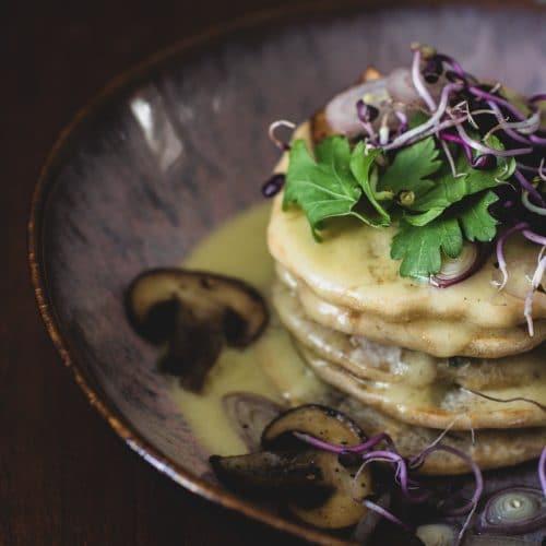 Herzhafte Pancakes mit Sauce Hollandaise