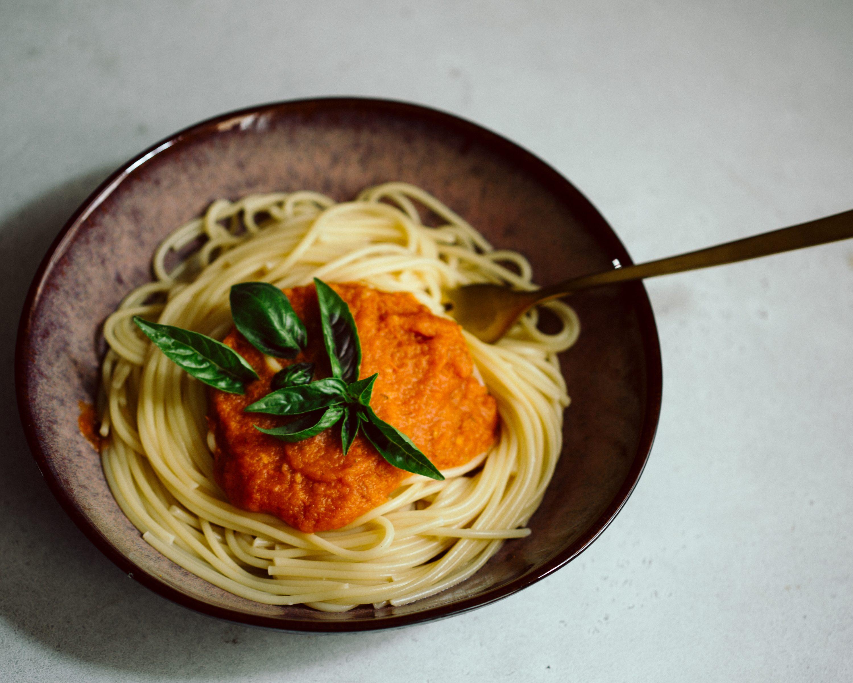 Marinara Tomatensauce mit Spaghetti in einem tiefen Steingutteller