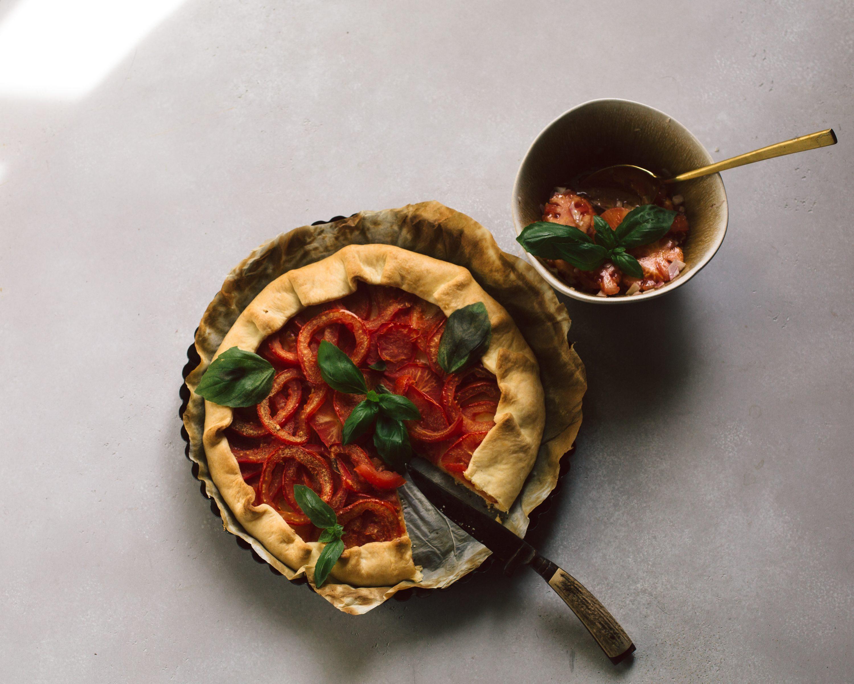 Tomaten Tarte auf hellem Boden